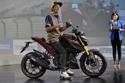 """Pembalap MotoGP Valentino Rossi mengacungkan jempol saat meluncurkan sepeda motor jenis sport Yamaha Xabre 150cc di Nusa Dua, Bali, Selasa (26/1). Pembalap Italia yang dikenal dengan VR46 tersebut hadir di Bali juga untuk menghadiri """"National Meeting Main Dealer"""" yang diselenggarakan Yamaha. ANTARA FOTO/Nyoman Budhiana/aww/16."""